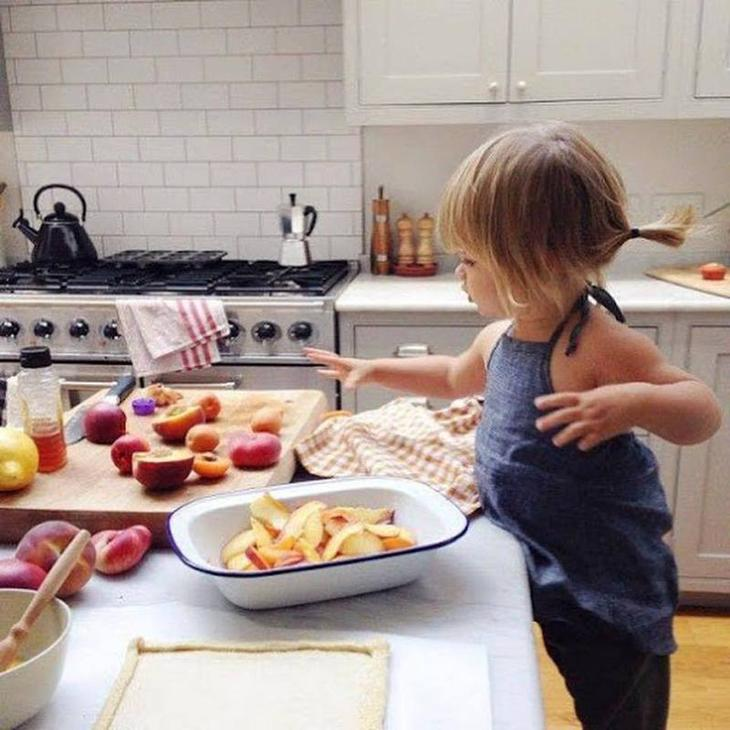 10 способов чем занять ребенка пока мама занята на кухне