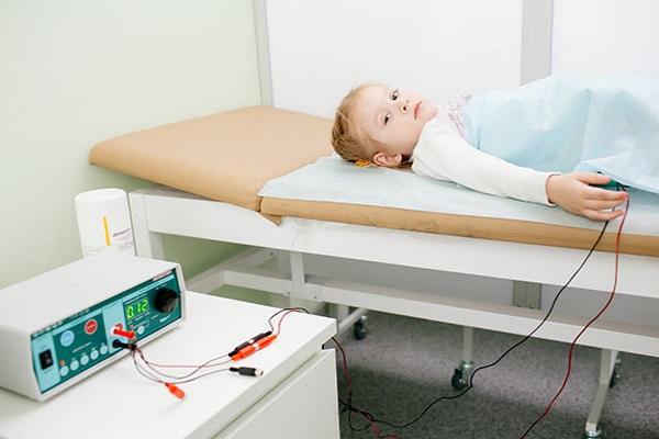 Физиотерапия для грудничка: зачем и как делают электрофорез на шее?