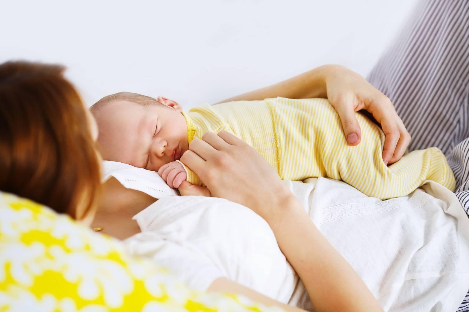 Почему ребенок спит только на руках и плачет, если его положить