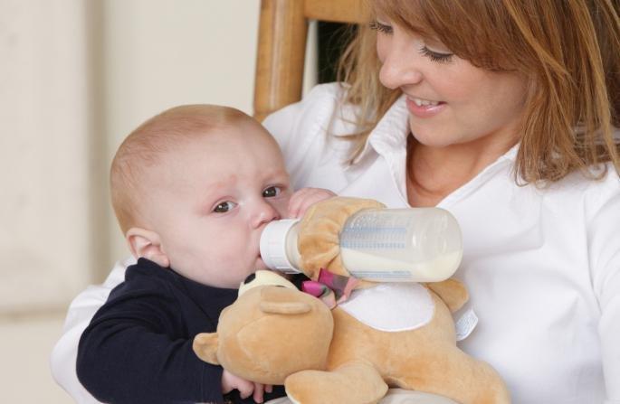 Как приучить ребенка к бутылочке. разбираем возможные сложности