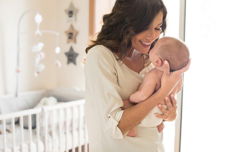 Почему рекомендуется держать новорожденного столбиком после кормления? как правильно держать новорожденного столбиком?