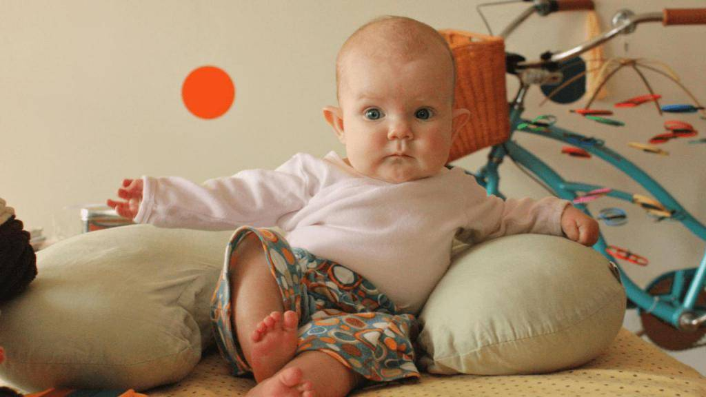 Когда ребенок начинает сидеть самостоятельно и нужно ли ему помогать?