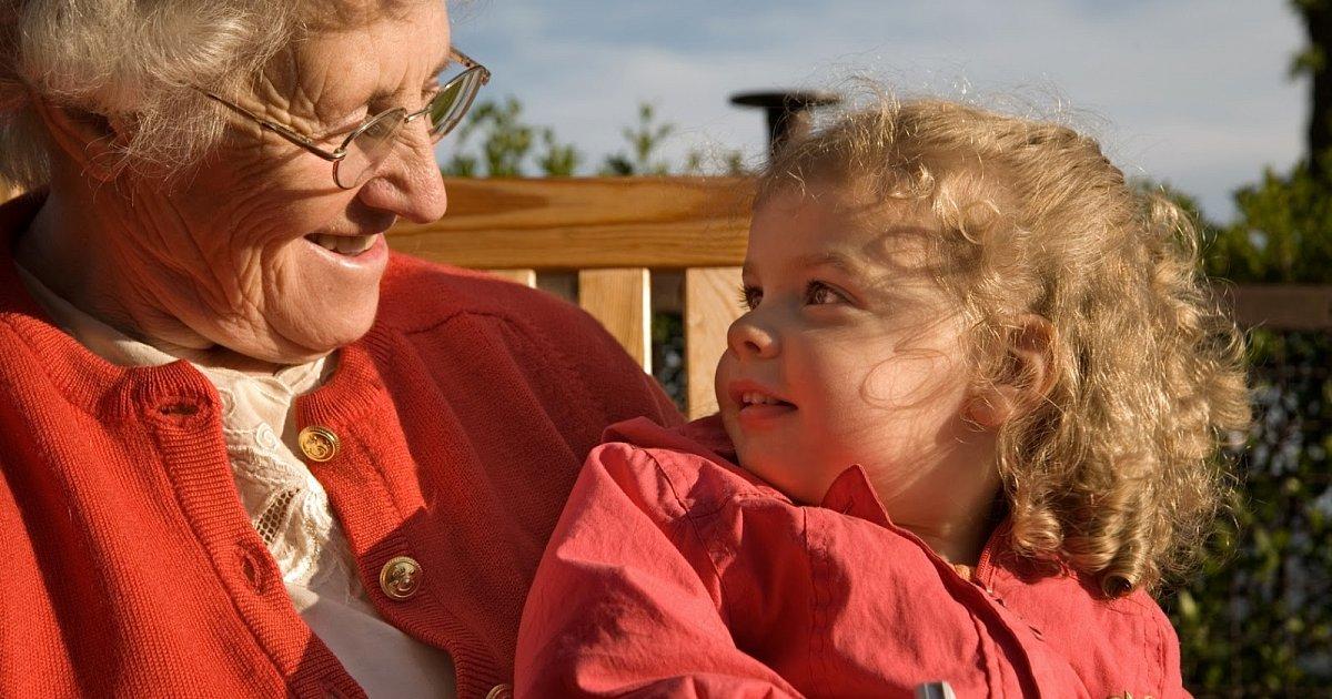 Помощь бабушки после родов: аргументы «за» и «против»