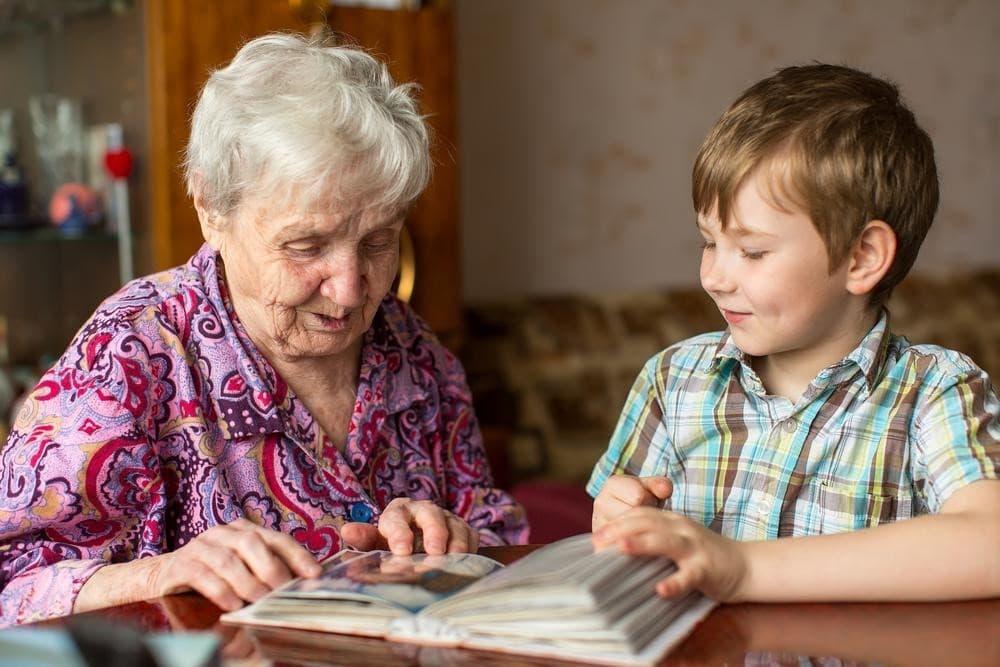 Бабушка или няня: с кем оставить ребенка