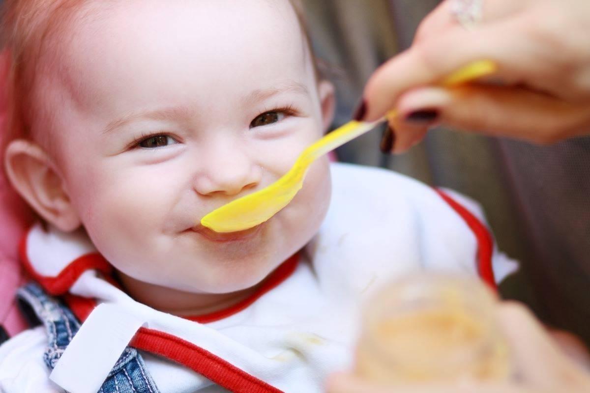 Какие соки можно давать. когда можно давать сок грудничку и какой лучше вводить в первый прикорм. важные моменты введения соков в рацион ребенка