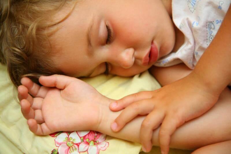 Почему ребенок закатывает глаза когда засыпает