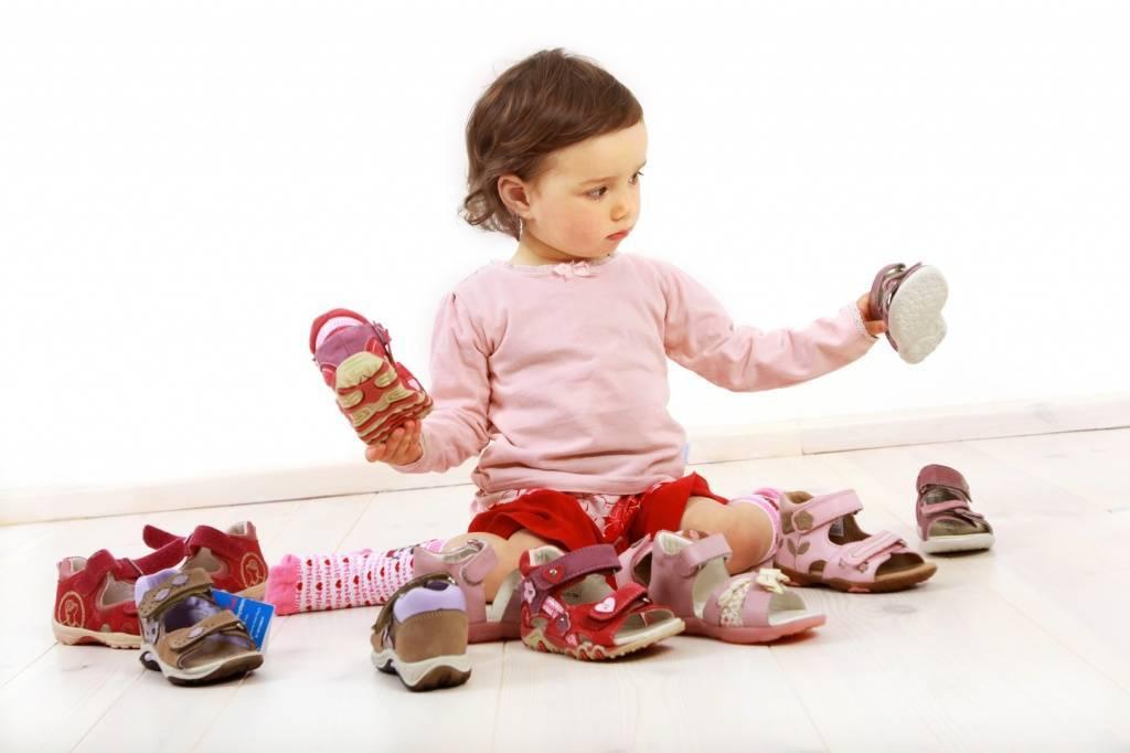 Первые шаги ребенка: какая обувь для этого нужна, ее размер. рекомендации евгения комаровского