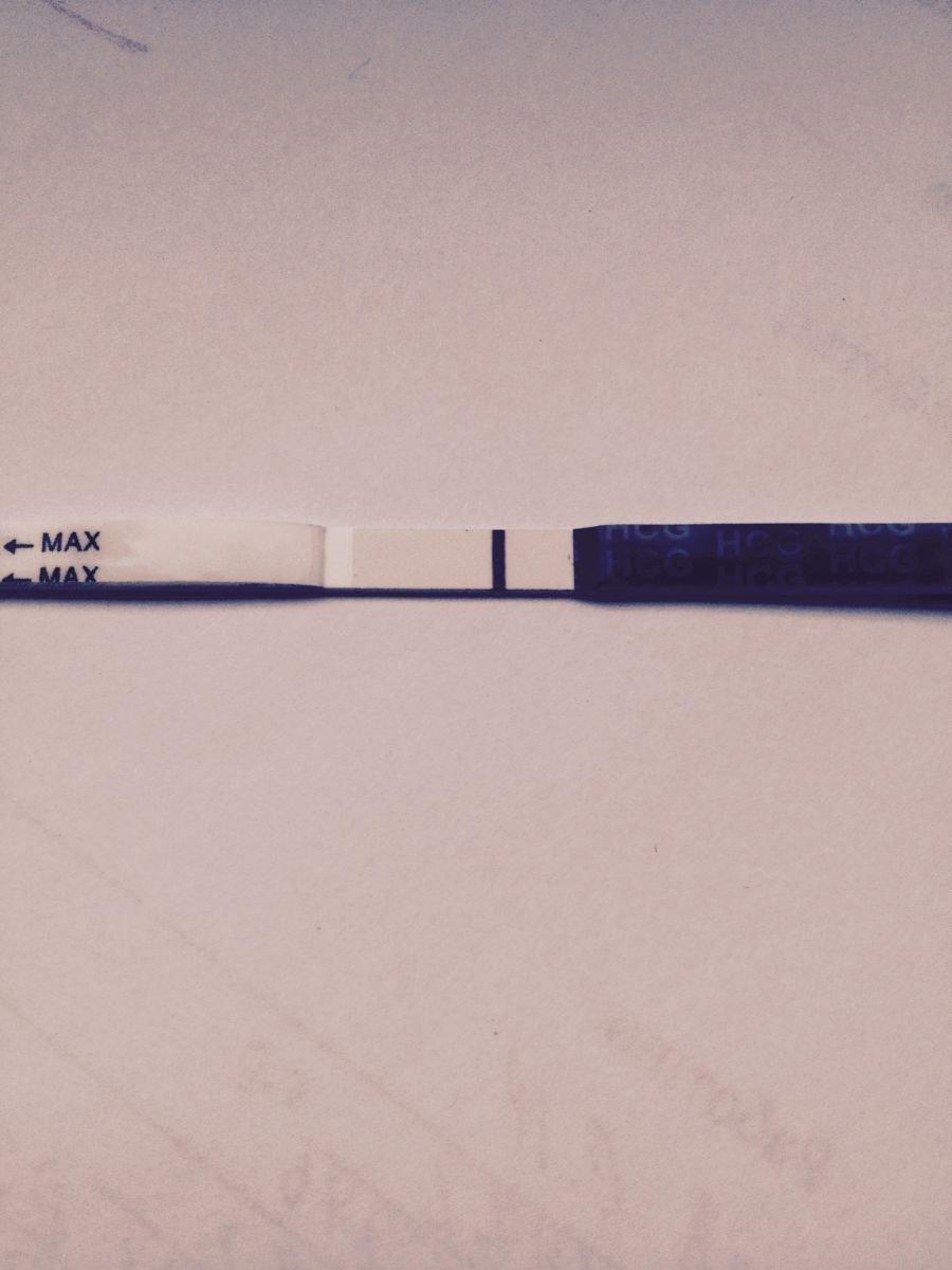 Вторая полоска теста на беременность бледная (слабая), еле видна: что означает