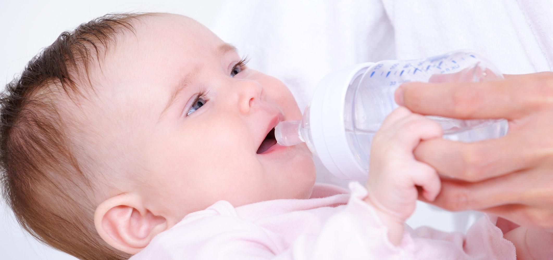 Когда давать воду новорожденному при искусственном вскармливании: нужно ли ее пить грудничку вообще, а также сколько жидкости надо и как правильно поить малыша?