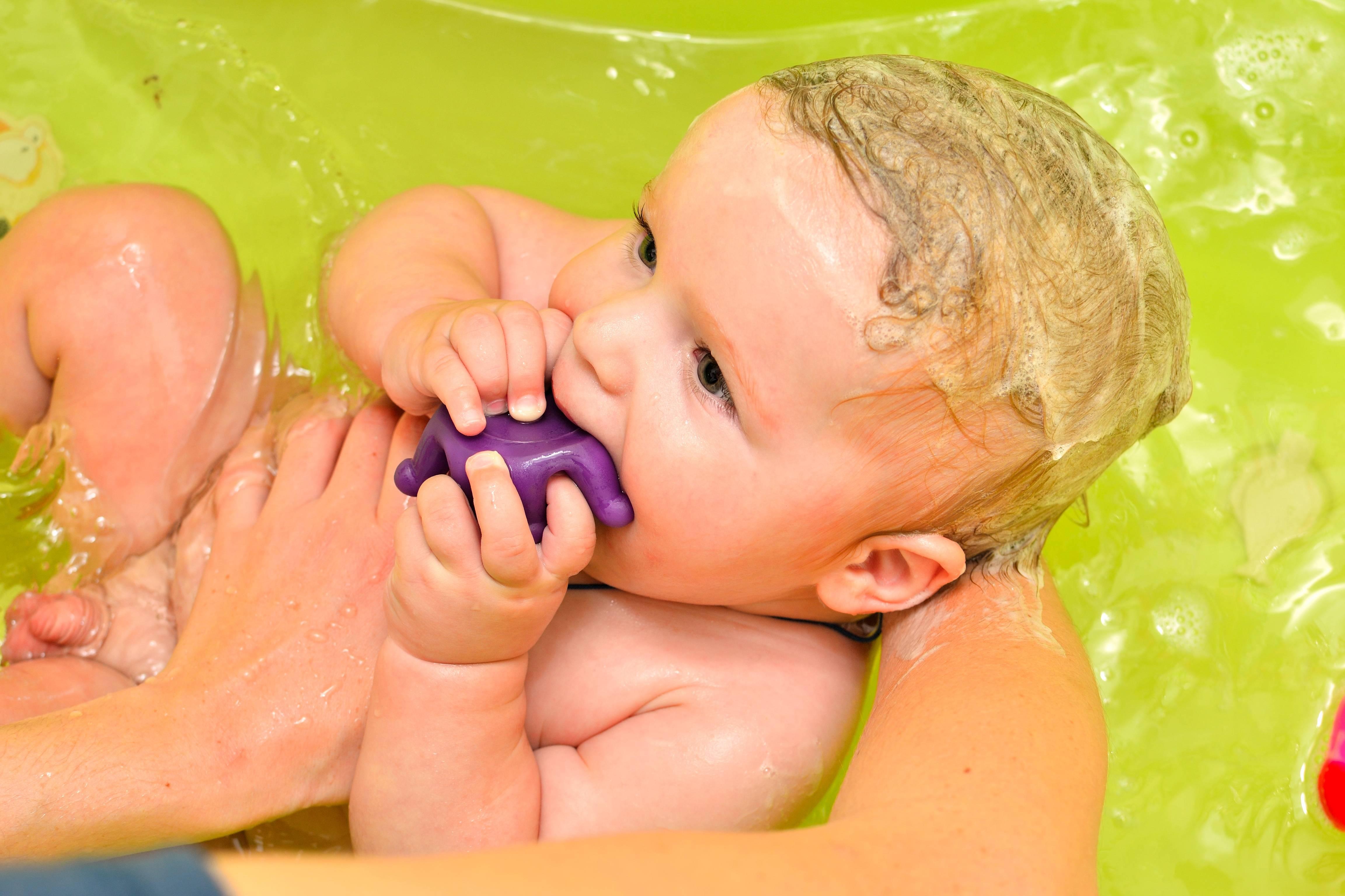 В какой воде купать новорожденного ребенка и нужно ли ее кипятить
