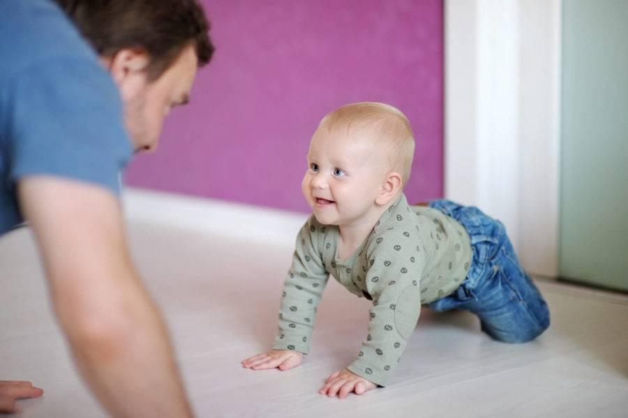 Когда и как научить ребёнка ползать: упражнения и полезные рекомендации врача