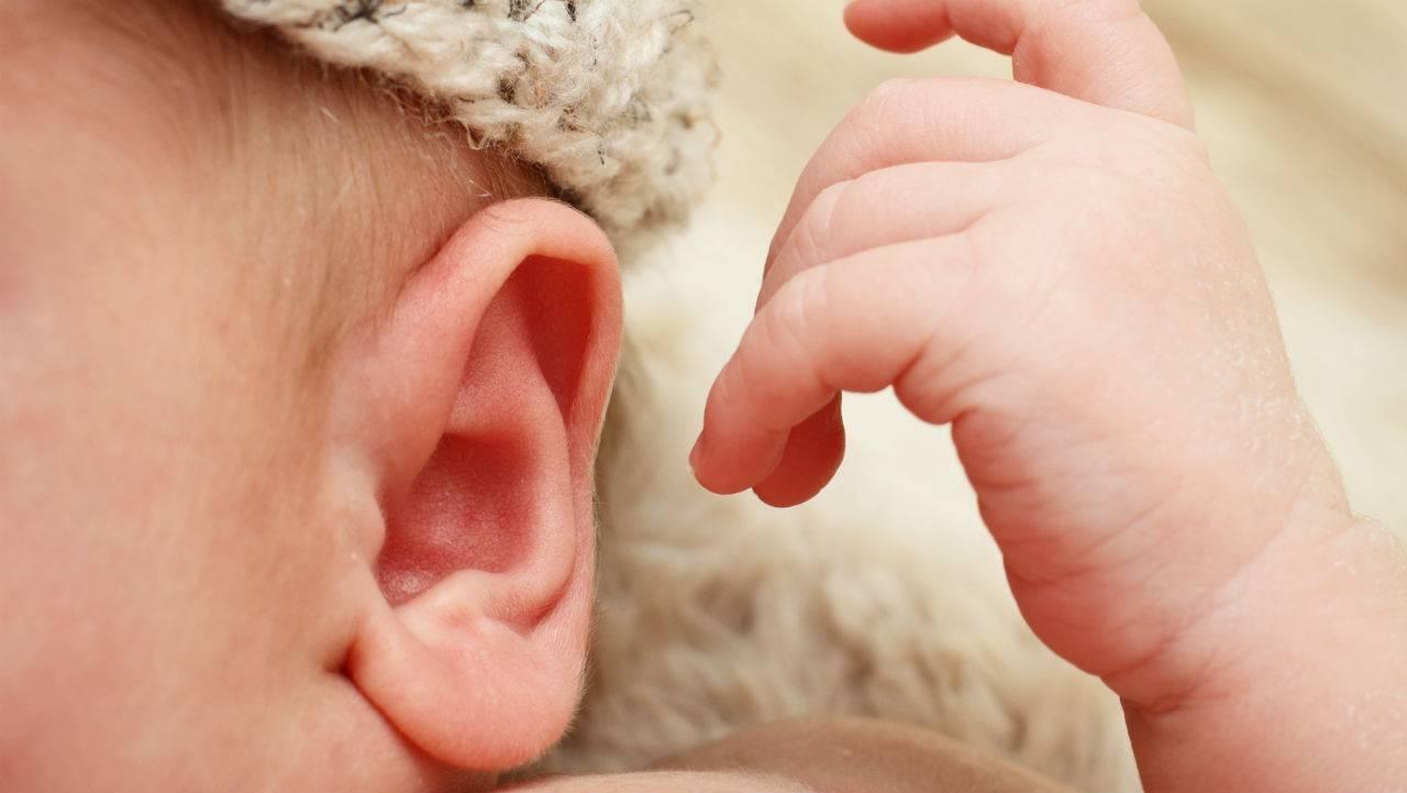 Почему грудничок чешет тело (ухо, глаза, голову, нос). грудной ребенок постоянно чешет уши и голову, трет затылок — почему это происходит