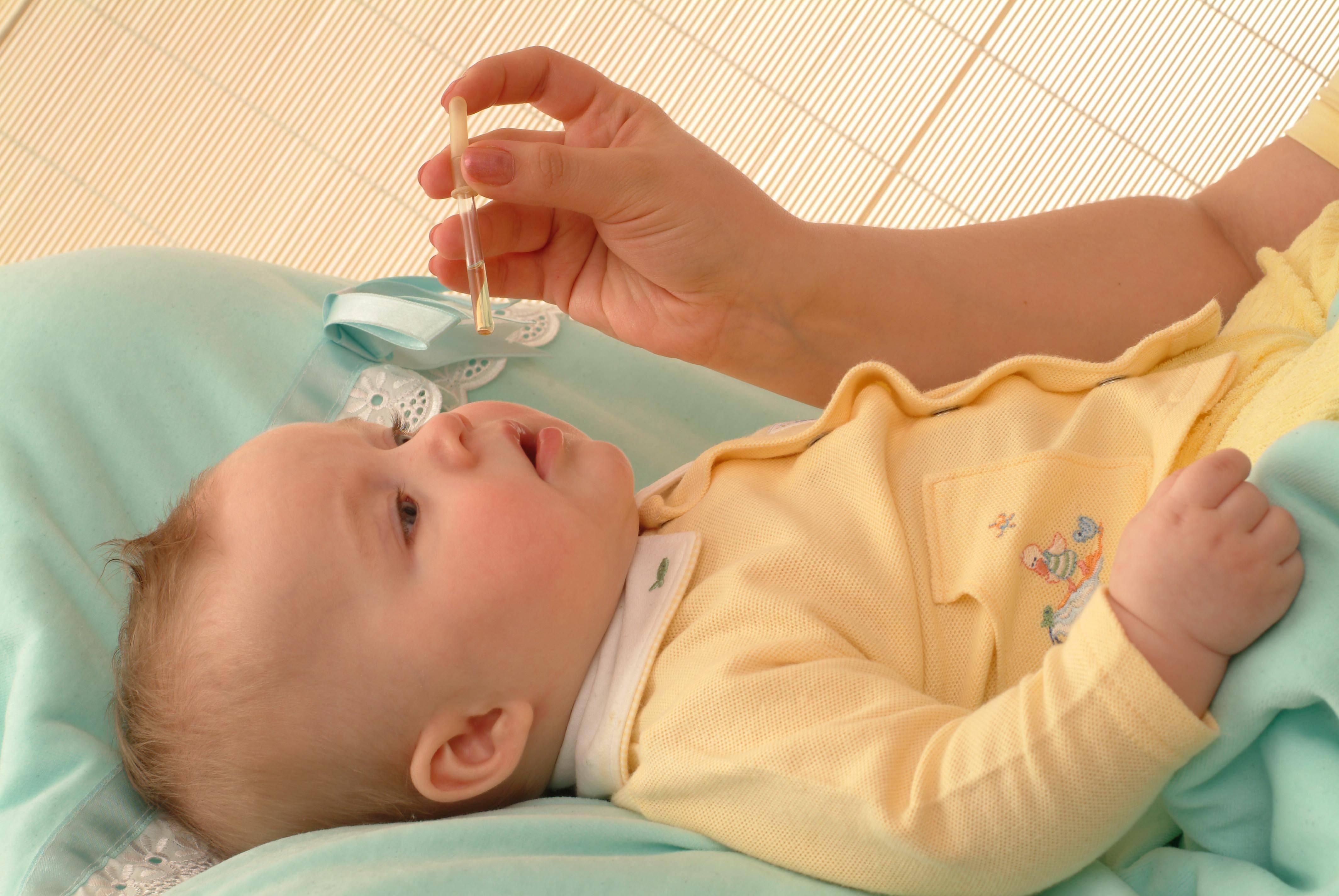 Как капать капли в нос ребенку правильно