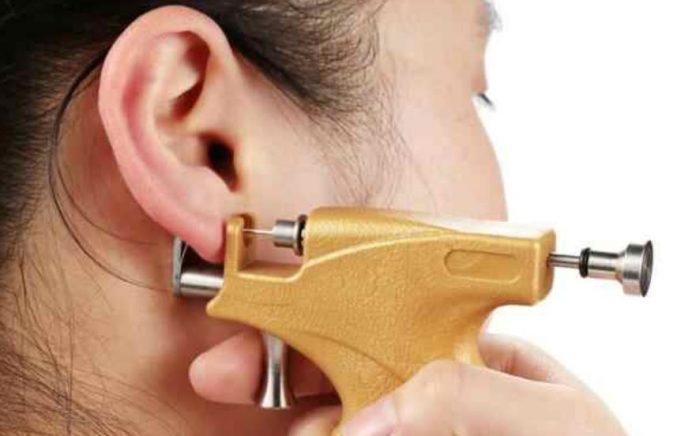 Как правильно ухаживать за проколотым ухом. как ухаживать за проколотыми пистолетом ушами ребенка разного возраста, сколько нельзя мочить их после процедуры? как ухаживать за ушами после прокола
