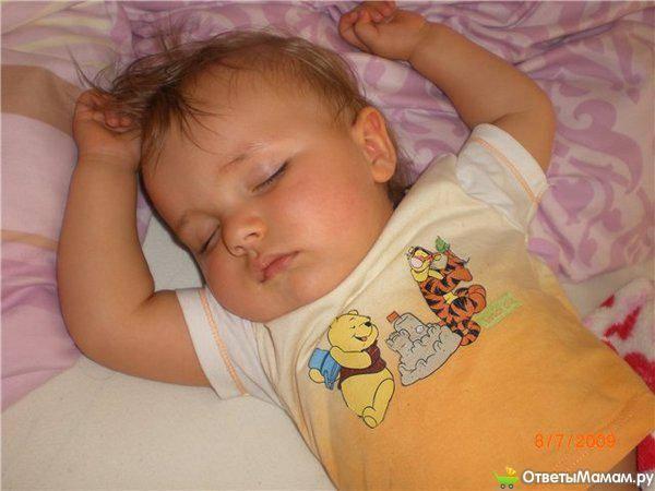 У ребенка потеет голова во время сна: почему это происходит с младенцем и что делать