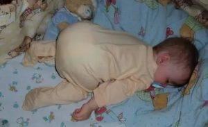 Можно ли спать грудничку на животе у мамы