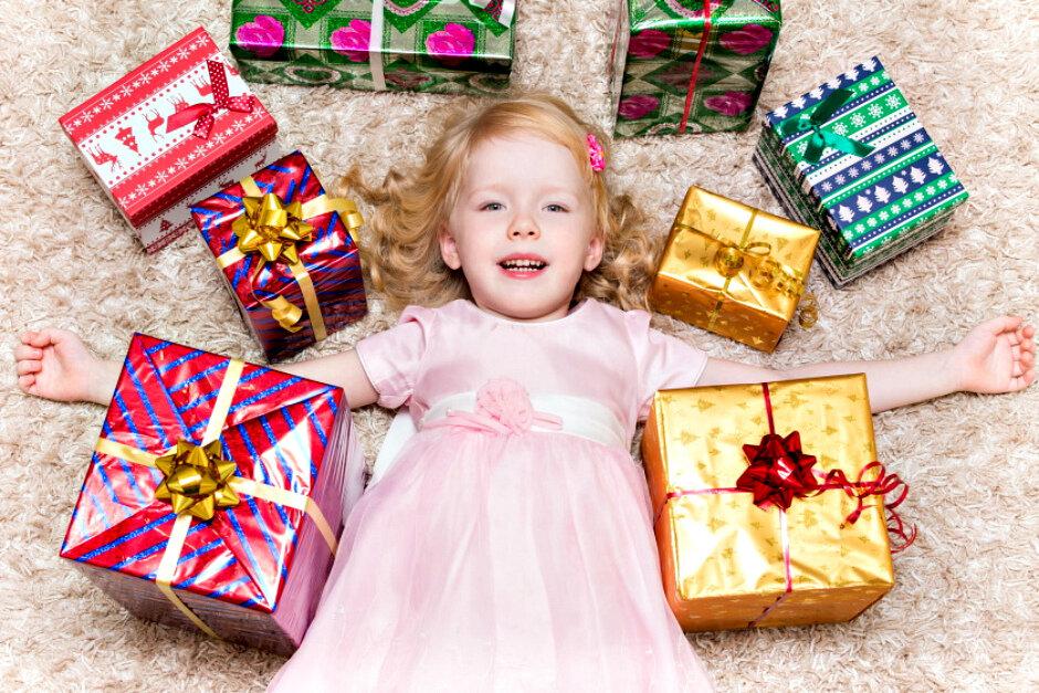 Что можно подарить ребенку на новый год — идеи и список подарков