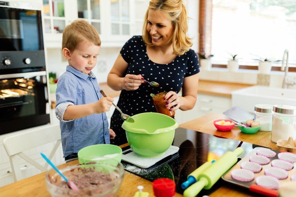 Пока мама готовит  . дети на кухне