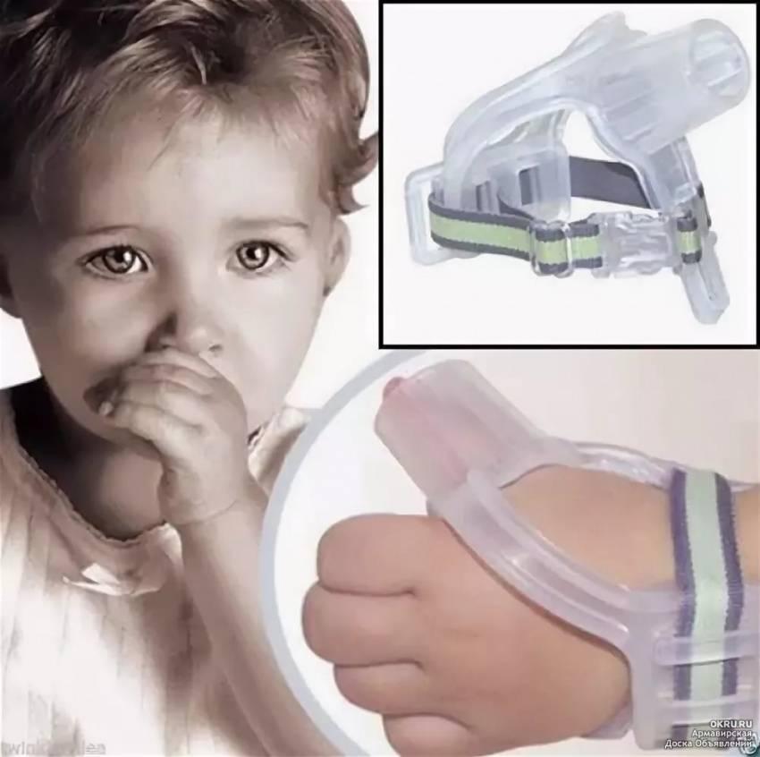 Почему ребенок в месяц сосет палец и как отучить его