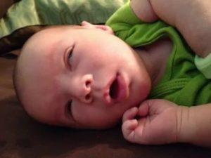 Почему новорожденный закатывает глаза, когда засыпает?