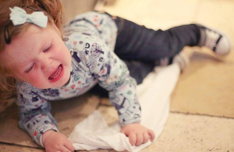 Ребенок часто бьется головой? почему ребенок бьется головой и что делать? насколько это опасно? | yamama