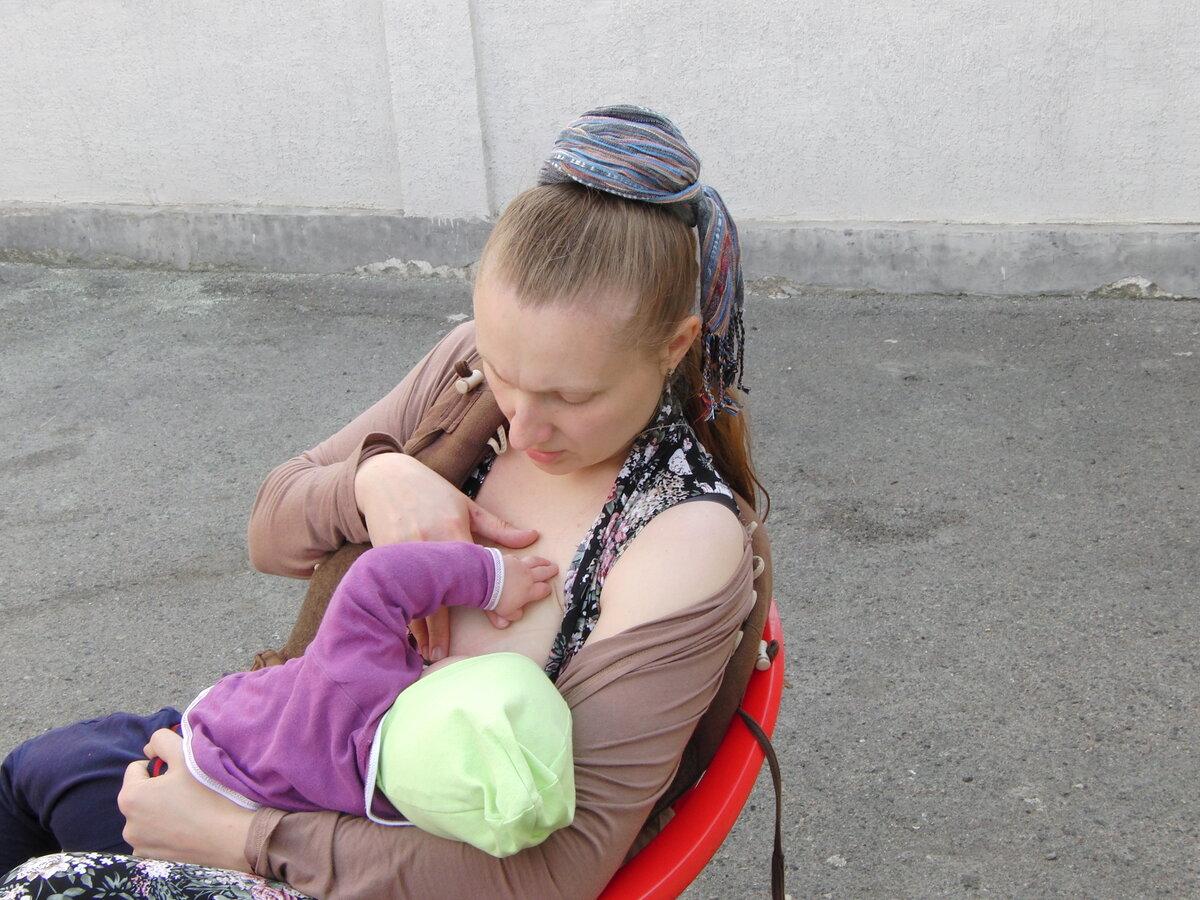 Можно ли кормить ребенка грудью на улице, мнение эксперта и мамы