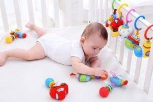 В каком возрасте ребёнок начинает держать игрушку в руках?
