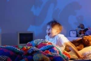 Что делать, если младенец просыпается ночью в истерике, причины и когда нужна помощь врача