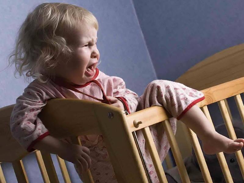 Ребенок просыпается по ночам с истерикой: что делать