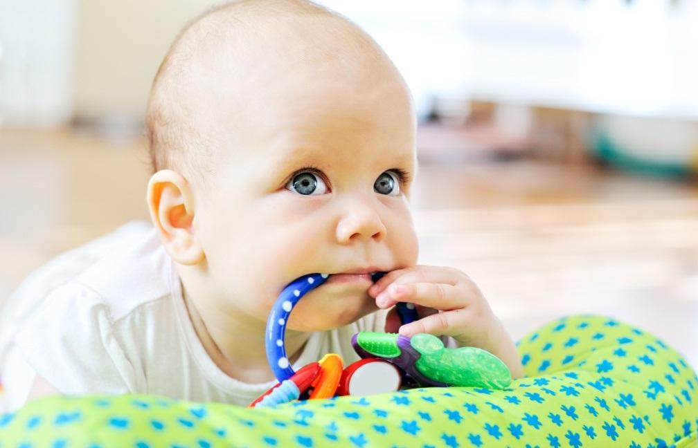 23 идеи чем занять ребенка в 1 год дома и на улице + видео | семья и мама