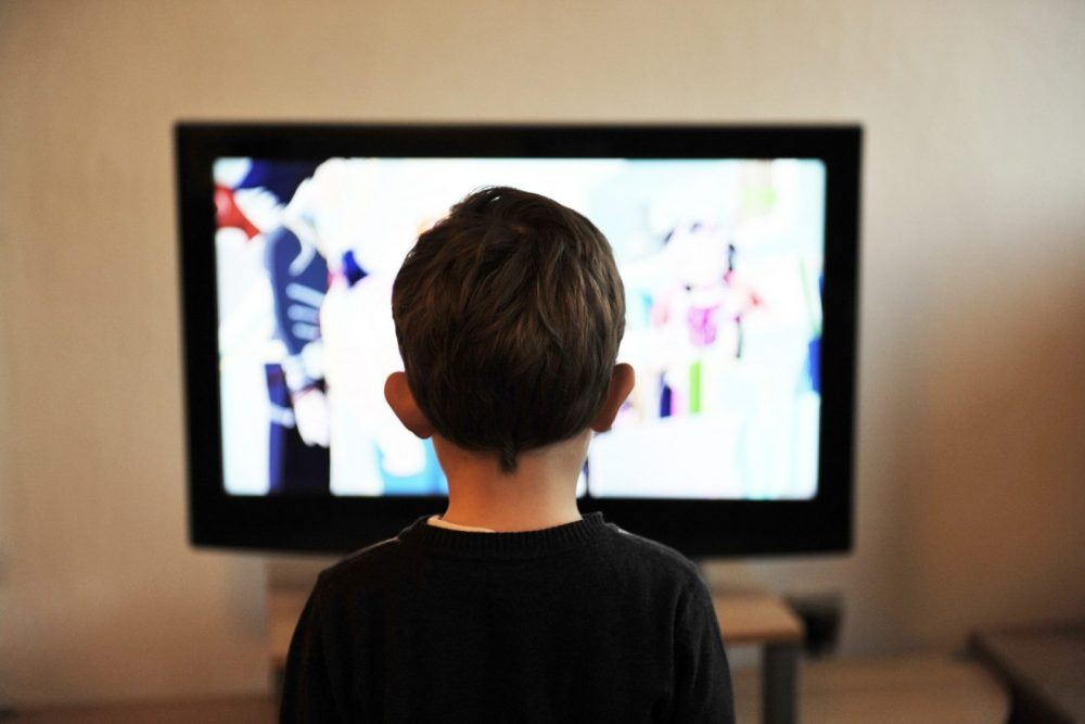 С какого возраста можно смотреть телевизор ребенку и как отучить