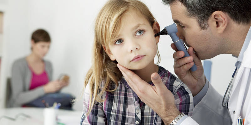 Болит ухо у ребенка: что делать, и как снять боль?