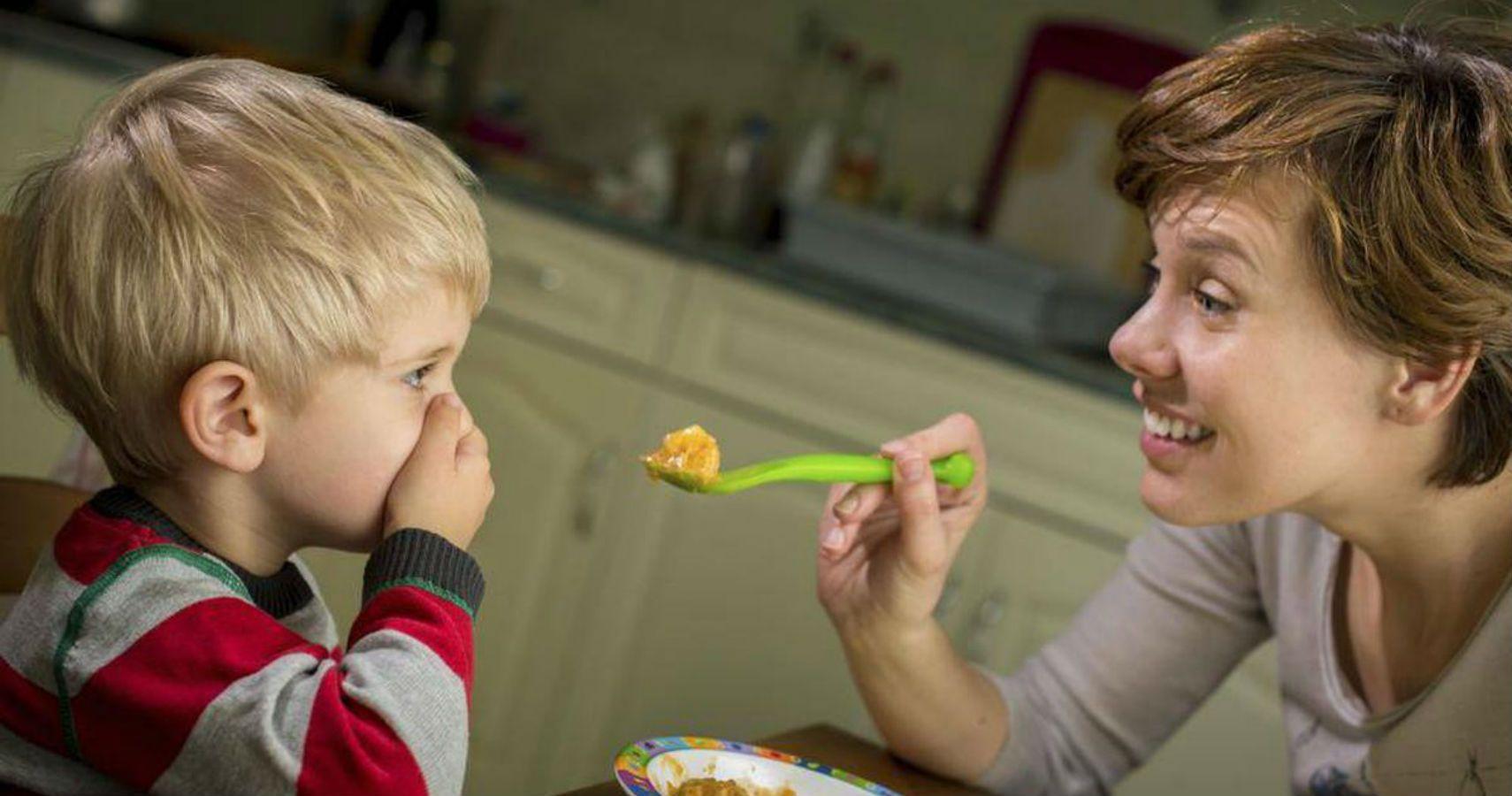 Как научить ребенка жевать и глотать твердую пищу?