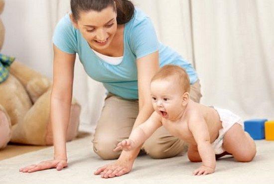 Во сколько ребенок начинает ползать, и как его этому научить