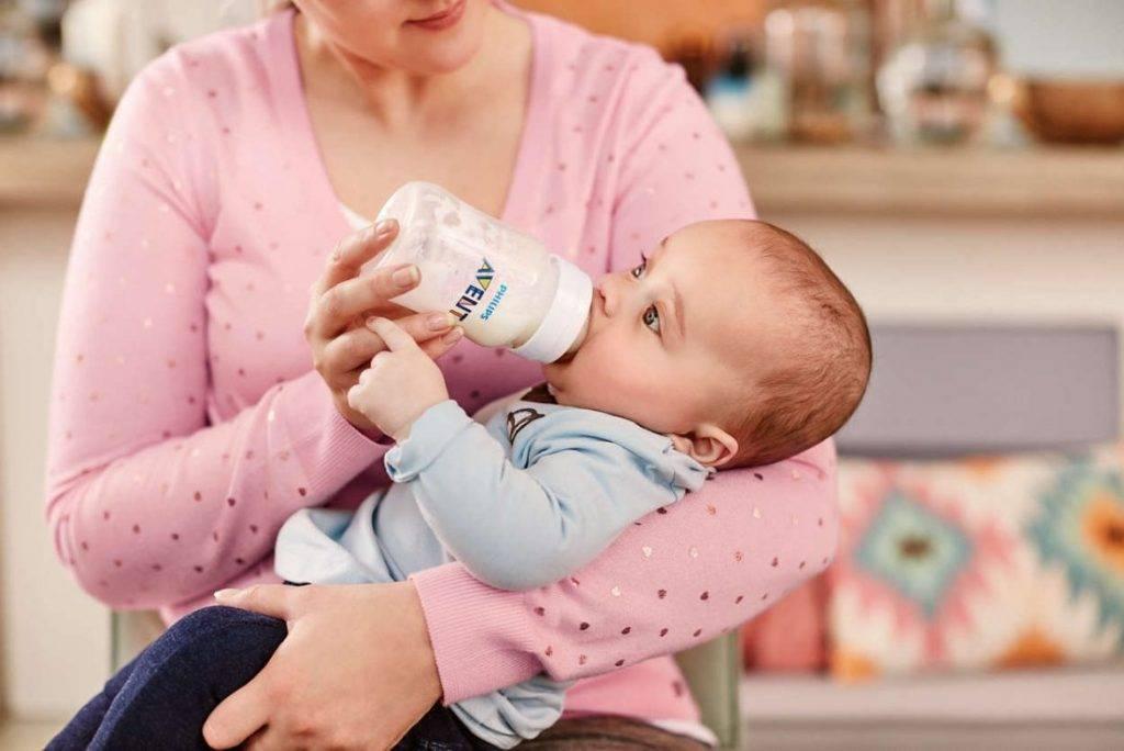 Сегодня из бутылочки: правила кормления крохи сцеженным молоком
