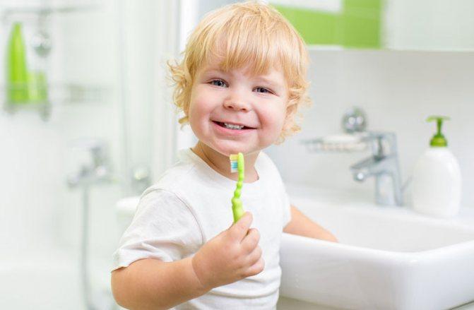 Как обучить ребенка самому чистить зубы щеткой