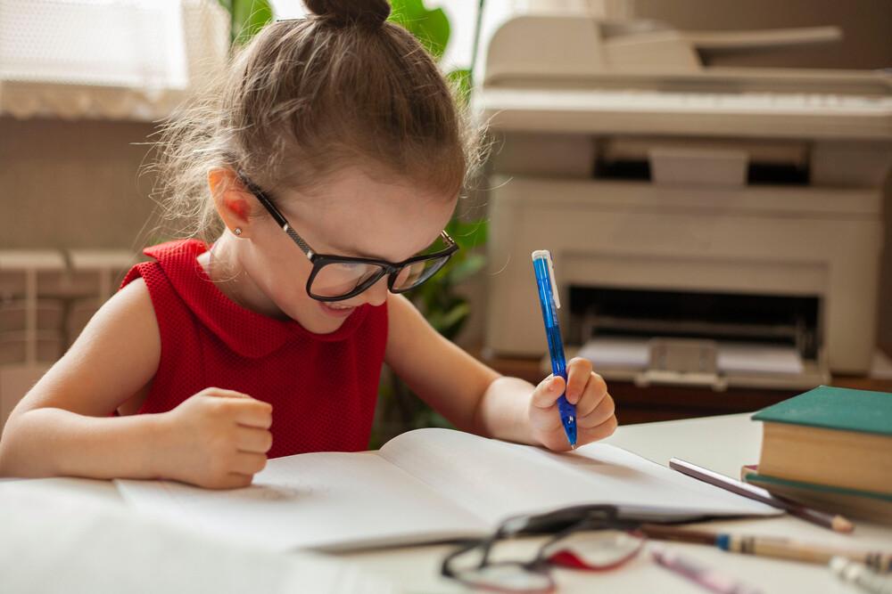 Все, что необходимо знать, если ваш ребенок левша. «одной левой» или как правильно воспитывать ребёнка-левшу? извечный вопрос: переучивать или нет