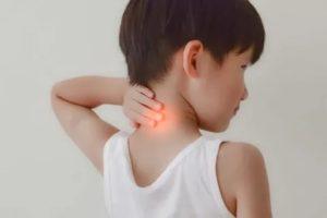 Чо делать, если у ребенка болит шея справа, слева или сзади