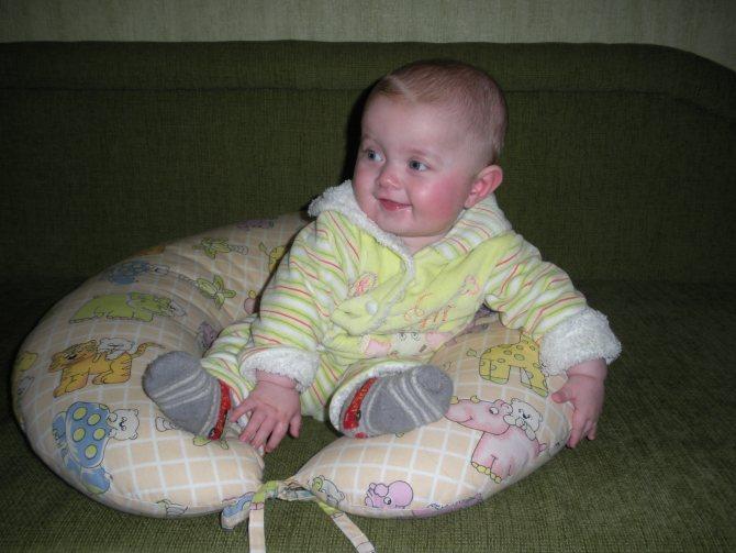 Когда ребенок начинает сидеть самостоятельно