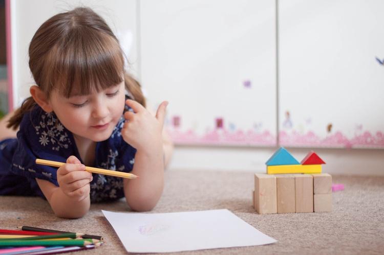 Ребенок ест левой рукой в год. «одной левой» или как правильно воспитывать ребёнка-левшу? правая и левая рука. правое и левое полушарие