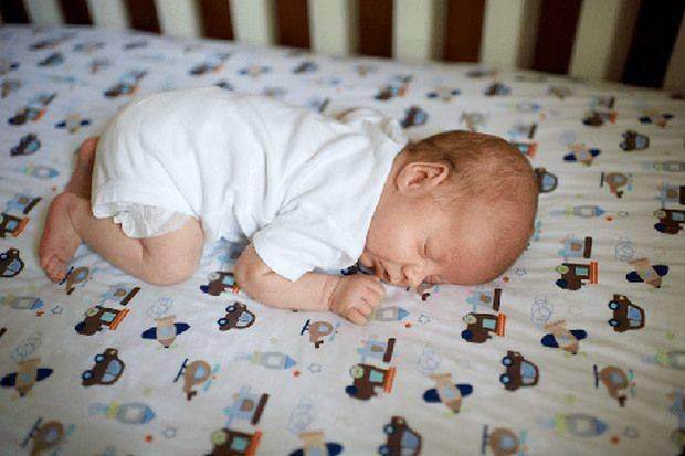 Можно ли новорожденному спать на животе? | уроки для мам