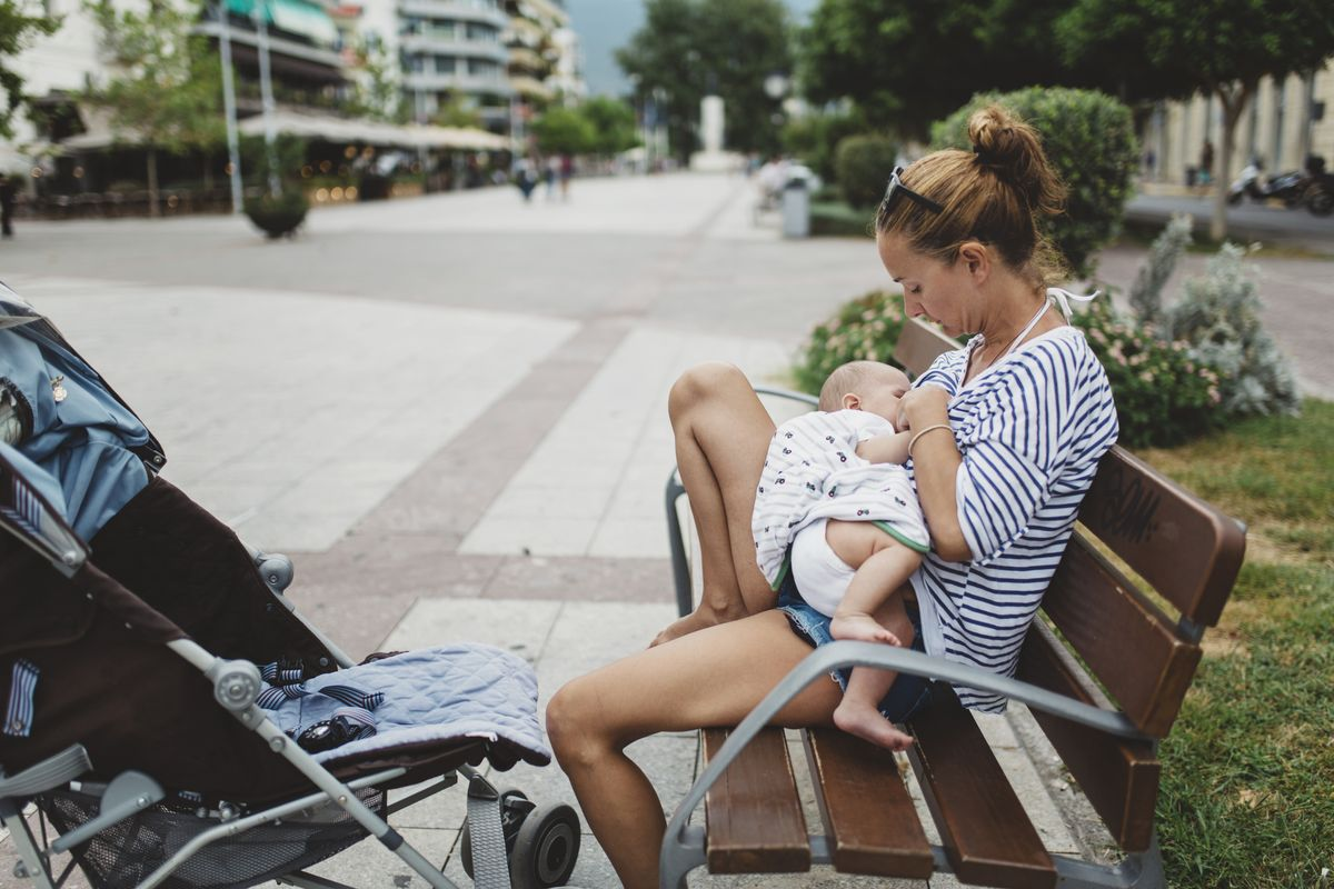 Как кормить грудничка на улице при грудном вскармливании?