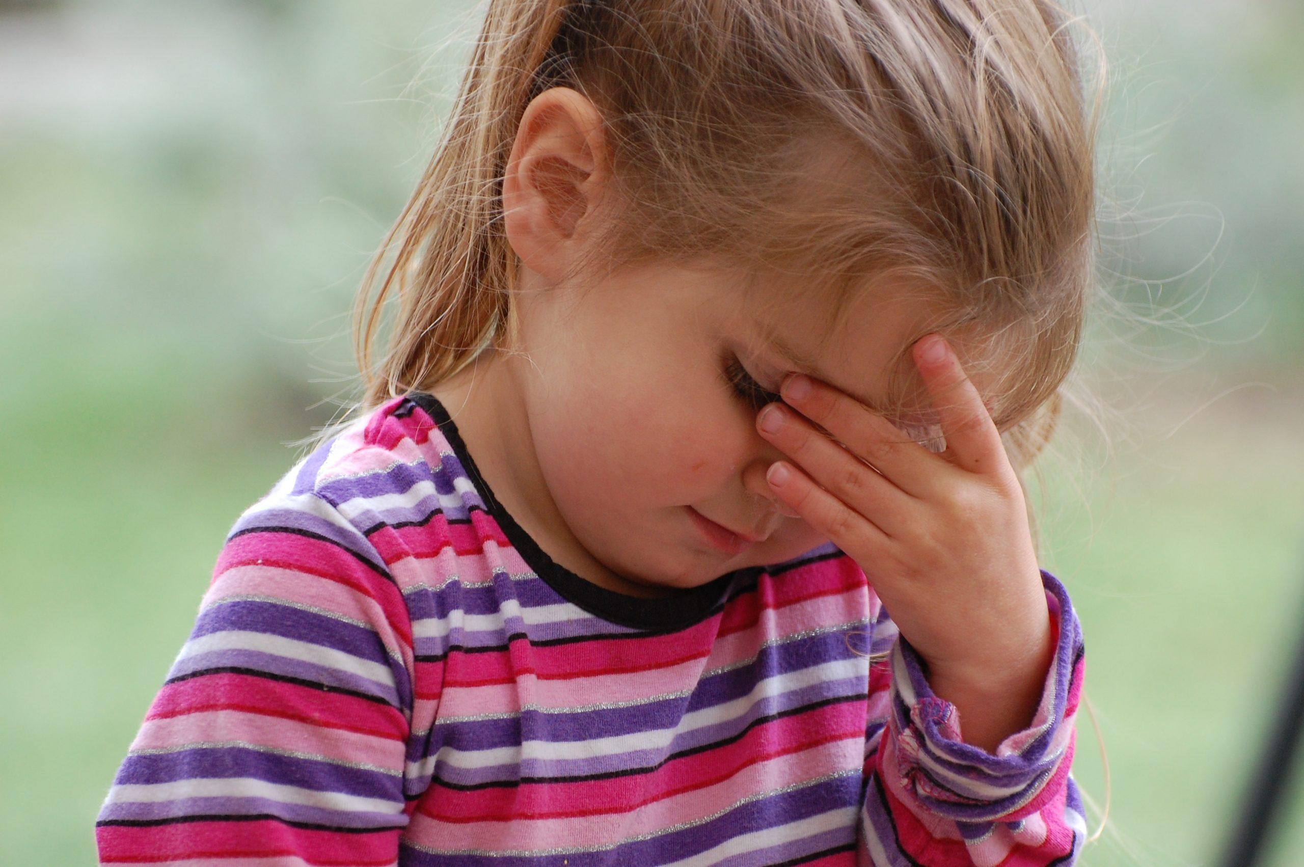 У ребенка болят глаза: причины и что делать