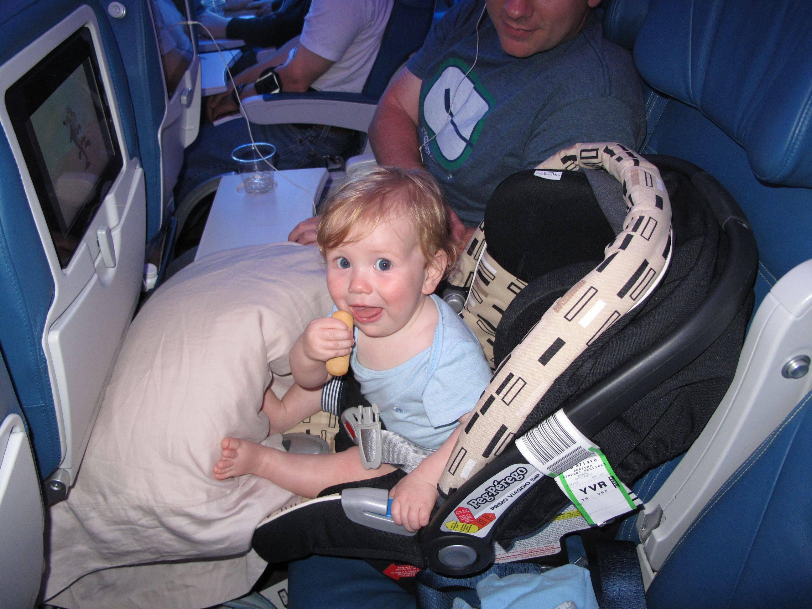 Как и с какого возраста можно лететь в самолете с грудным ребенком