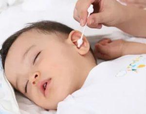 Как чистить уши грудному ребенку, и нужно ли