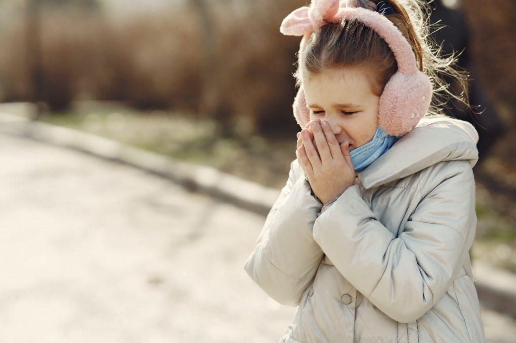 Почему ребенок выгибает спину и запрокидывает голову