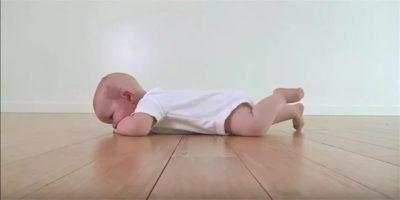 С какого возраста ребенок начинает сидеть и ползать