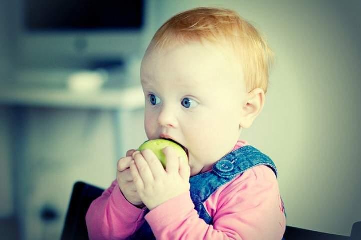 Как приучить ребенка к твердой пище: советы родителям и типичные ошибки
