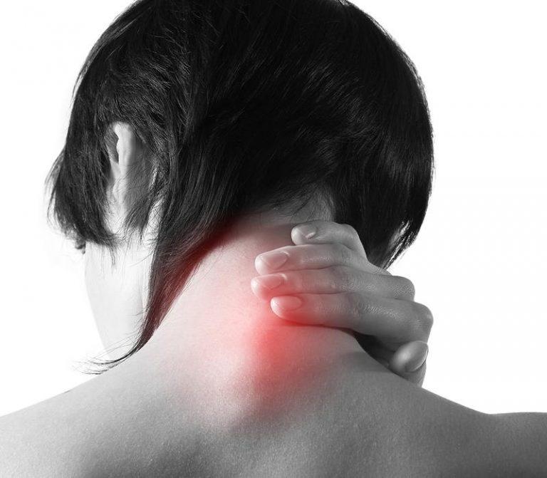 У ребенка болит шея сзади, причины температуры и боли с одной стороны