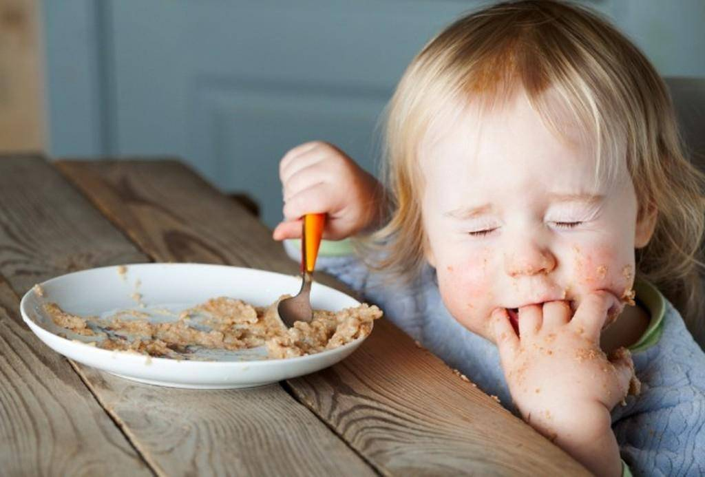 Доктор комаровский о том, как научить ребенка жевать, глотать и самостоятельно есть ложкой